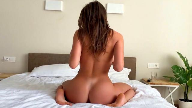 Извращенная блондочка сосет у парня и встает перед ним раком во время прогулки в лесу