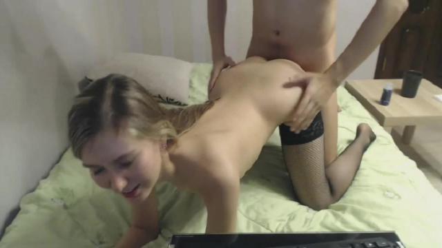 Дочь уединилась с папашой на скрипучей кровати и активно прыгает на его фаллосе