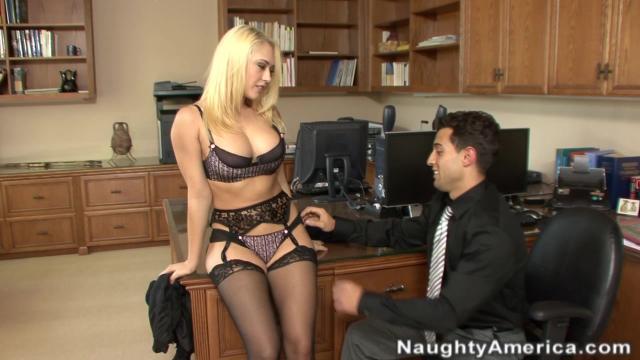 Грубая стимуляция скованной девицы заканчивается жестокой долбежкой ее дырок