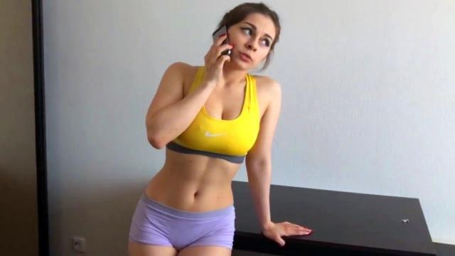 Старый отец с грубостью раздел дочь и поспешил отыметь жестко на полу