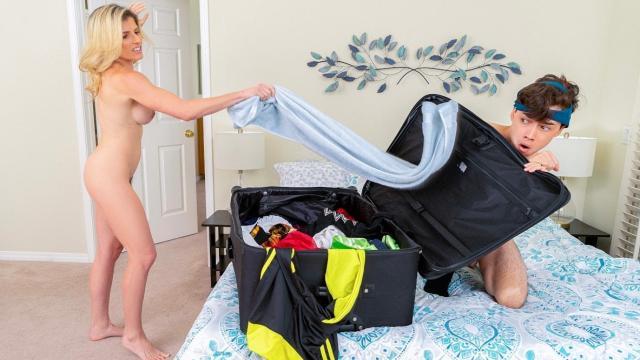Русская брюнетка оказалась голышом на кожаном диване и подмята мужиком под себя